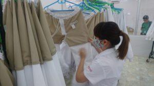 HACCP製品のユニフォームを入念にチェックするベトナム人女性