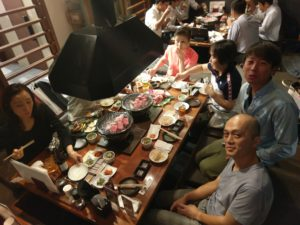 七輪焼肉上杉で食事をする弊社社員たち